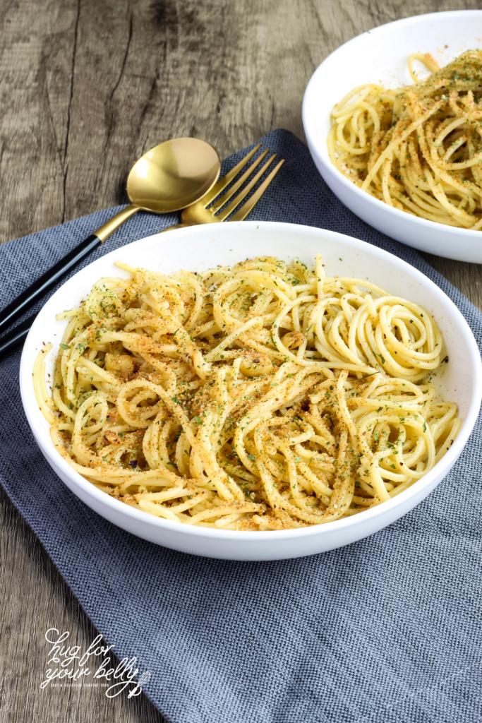 spaghetti aglio e olio in white bowl